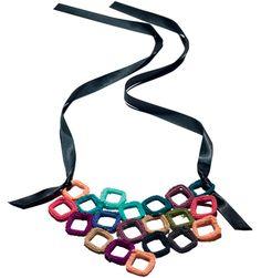 Saiba como fazer um colar supercolorido com quadradinhos de crochê - Moda, Beleza, Estilo, Customizaçao e Receitas - Manequim - Editora Abril