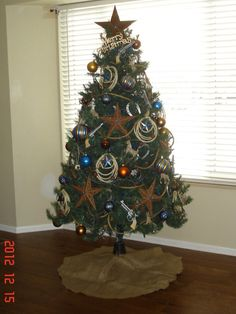 Western cowboy themed Christmas Tree. Love the copper and blue color scheme.   Stylish Western Home Decorating