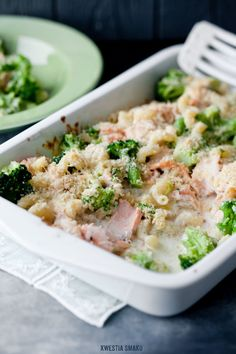 Zapiekanka makaronowa z brokułami, łososiem, mozzarellą z sosem serowym i chrupiącą migdałową posypką