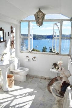 我們看到了。我們是生活@家。: 擁有海景的浴室!設計師Heidi Middleton的夢幻家