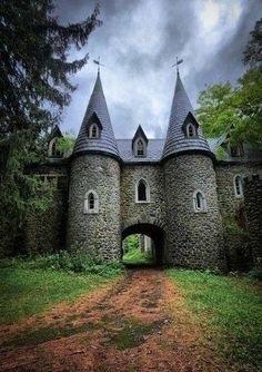 Ravenloft Castle, Upstate New York  Oh this is beautiful! I want to move back to NY so I can find it.  : )