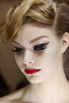 Creative eye make-up - Red lips