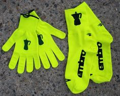 Embrocation hi-viz Defeet gloves and shoe covers.