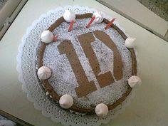 La torta de One Direction que le hicimos a Bel junto con Lu. Es de chocolate con dulce de leche y merenguitos. Muy rica!