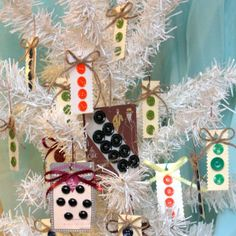 Button crafts for a vintage Christmas tree | FaveCrafts.com