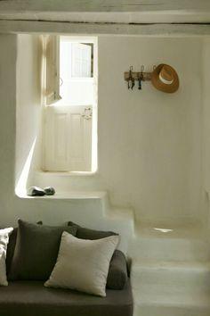 我們看到了。我們是生活@家。: 位在Tinos由 Zege architects所完成的私人住宅,內部則是由室內設計師Marilyn Katsaris,也正是房子的主人!