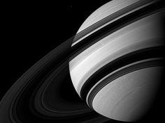 Saturno y su luna Mimas (el punto blanco que aparece en la parte superior de la foto)- fotografía tomada por la sonda espacial Cassini- Huygens.