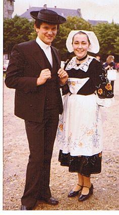Didier et moi en costumes du Poher en 1977 à Quimper avec le cercle celtique de Carhaix.