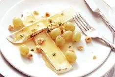 Brie met tijmhoning en druiven - Recept - Allerhande