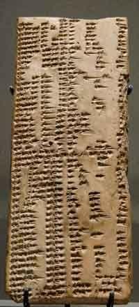 -2300 Tableta de escritura cuneiforme del imperio Acadio, que corresponde a un Diccionario con listas de palabras  Sumerias y Akadias. Descubierto en Ebla (Syria).  Louvre.