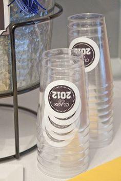 Para una fiesta de graduación, personaliza vasos sencillos con pegatinas / For a graduation party, personalize simple cups with stickers