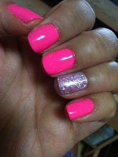 love the one sparkely nail :)