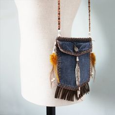 DIY tutorial on how to turn your old jeans into a bag. (In Spanish)