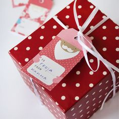 Decorate your Christmas gifts with our free printable Santa labels. Tutorial in English and Swedish.