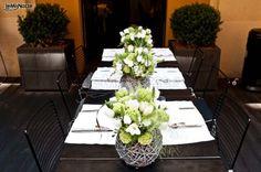 http://www.lemienozze.it/gallerie/foto-bouquet-sposa/img27607.html Centrotavola con fiori per il matrimonio bianchi per un allestimento minimal chic