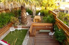 Small landscaped backyard : various levels define areas