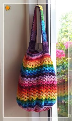 A Rainbow Bag with FREE pattern! This is the sister to the Striped Bag I just pinned. LOVE LOVE LOVE the colours!!! #colormehappy #colourmehappy