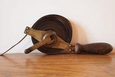 Ferramenta de medição de bronze antigo de madeira e metal