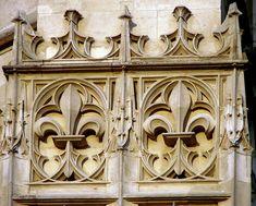 Détail de la frise de fleurs de lys sur la façade de la cathédrale Saint-Pierre-et-Saint-Paul de Troyes, 13ème siècle.
