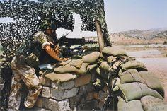 Marco Kroon op een OP in Irak. Na enkele maanden werden de mariniers voorzien van aangepaste kleding, Britse uniformen in tweekleurige desertcamo.