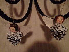 Angelitos hechos con bellotas,  las alas estan hechas con plastico de platos desechables y la cabeza son bolitas de madera