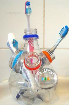 Portacepillos de dientes hecho con botellas de pl??stico. Ideas para reciclar botellas de pl??stico. ??Te gustan esta manualidad sobre Portacepillos de dientes