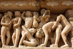 TEMPLOS DE KHAJURAHO. El quinto tipo de esculturas decorativas que podemos encontrar en los templos de Khajuraho son:  5- Las figuras femeninas y las que representan a parejas o grupos en actitud sexual.  Los templos occidentales son los hinduistas y de marcada temática erótica, dedicados a Vishnu y Shiva, pertenecen a la dinastia Chandela y los templos orientales son jainistas, donde encontramos personajes desnudos pero no en situaciones de carácter erótico.