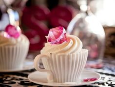 BRILLIANT presentation of a cupcake | Photo by www.brannanblascak.com | Shoot Design by www.makingyoureventspecial.com