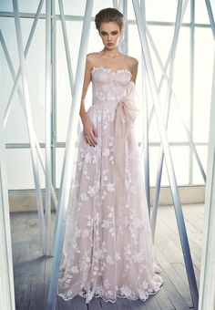 Stunning romantic wedding dress, absolutely love it!!