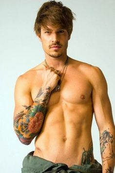 Mmmm helloo hot guy I like your face and your tats