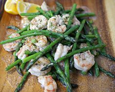 Low Calorie Garlic Shrimp with Asparagus - An easy, fast and very low calorie lunch idea for you. #shrimp #low calorie recipes