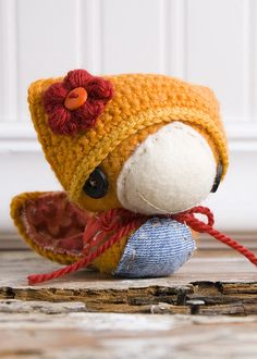 Super cute little bird amigurumi! I love the hat that she is wearing! Made by Lue & Sue.