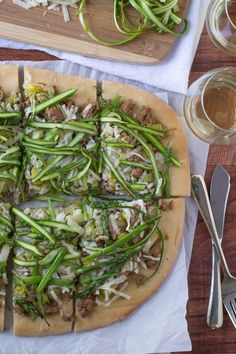 Spicy Turkey, Leek, and Asparagus Pizza - www.thelawstudentswife.com