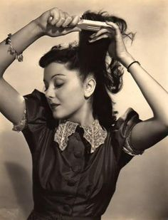 Beautiful (Canadian born) actress Ann Rutherford styling her lovely locks. #vintage #1940s #actress #hair
