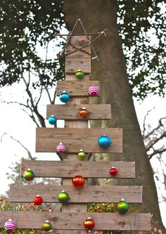 Pallet Christmas Tree ~ A simple, inexpensive, rustic outdoor Christmas tree made from a pallet... love!