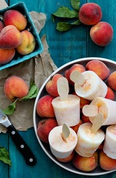 BOURBON PEACHES AND CREAM POPSICLES. Looks delicious and easy. Use fresh or canned peaches, simple syrup, bourbon and (vanilla) yoghurt. #ice_cream #popsicle #ice #whisky #whiskey #is #iskrem #fersken