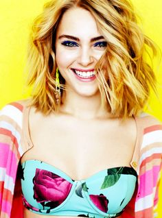 LOOOOVE annasophia rob's long wavy bob here. this makes me want to grow my hair out. Makeup is fab too!