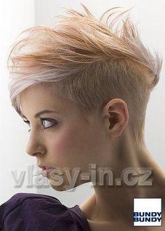 Krátký účes z rovných blond vlasů s hnědým melírem, na temeni ...
