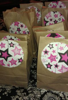 New Year's Eve countdown bags    idea from:  http://hoosierhomemade.com/new-years-eve-countdown-goodie-bags/