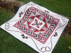 robin idea, robin quilt, black quilt, medallion quilt, round robin