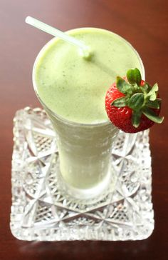 St. Patrick's Day Green Smoothie - Healthy Shamrock Shake | cupcakesandkalechips.com #shamrockshake #smoothie