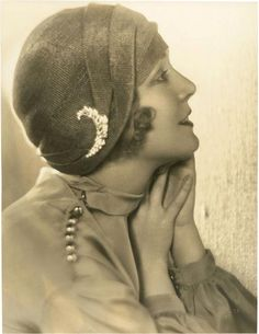 Love the cloche hat!  Vilma Banky by Melbourne Spurr