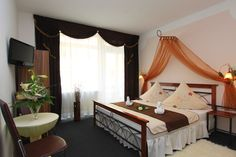 The guesthouse in Berlin's Friedrichshain district offers free Wi-Fi, self-catering rooms, and easy access to public transportation. The Alexanderplatz is just 5 subway stops away. The Pension Regenbogen provides colorful rooms in apartments - http://www.pension-regenbogen-berlin.de