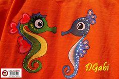 Detalle de camiseta infantil con caballitos de mar pintados a mano