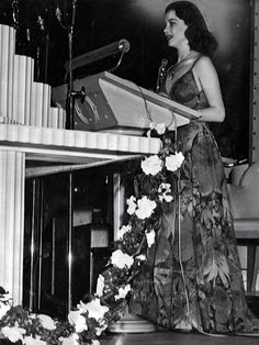 Vivien Leigh wins an Oscar for Gone With The Wind - 1940