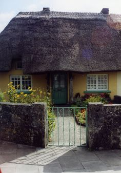 Irish Cottage Sigh...wish I Could live right there forever and ever! (With a couple of Irish kittys of course!)