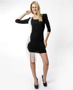 Powder&Guys püskül-taş detaylı siyah elbise ile asil duruşunuzu şıklığınızla birleştirin.  Püsküllü siyah elbise Kapri kol Mini elbise Geniş bisiklet yaka Püskül kenarlarında taş detayı Ürün makinede yıkanmaz Powder&Guys püsküllü elbise ile tarzınızı konuşturun.