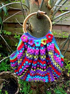 Cute bag, instructions are in Dutch, but is has a diagram on how it is made. crochet projects, crochet bags, granny squares, crocheted bags, bag tutorials, crochet purses, bold colors, bag patterns, knitting bags