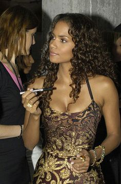 Halle Berry in gold brocade and curls. Curly Hairstyles, Peopl, Beauti Actress, 2004, Hall Berri, Curls, Halle Berry, Celebr, Berries