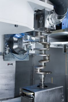 Synchronous support-grinding of the main bearings on a crankshaft.     Categories:  CBN Grinding, Crankshafts, EMAG, Grinding, Grinding Machines, Maschines, Processing Technologies